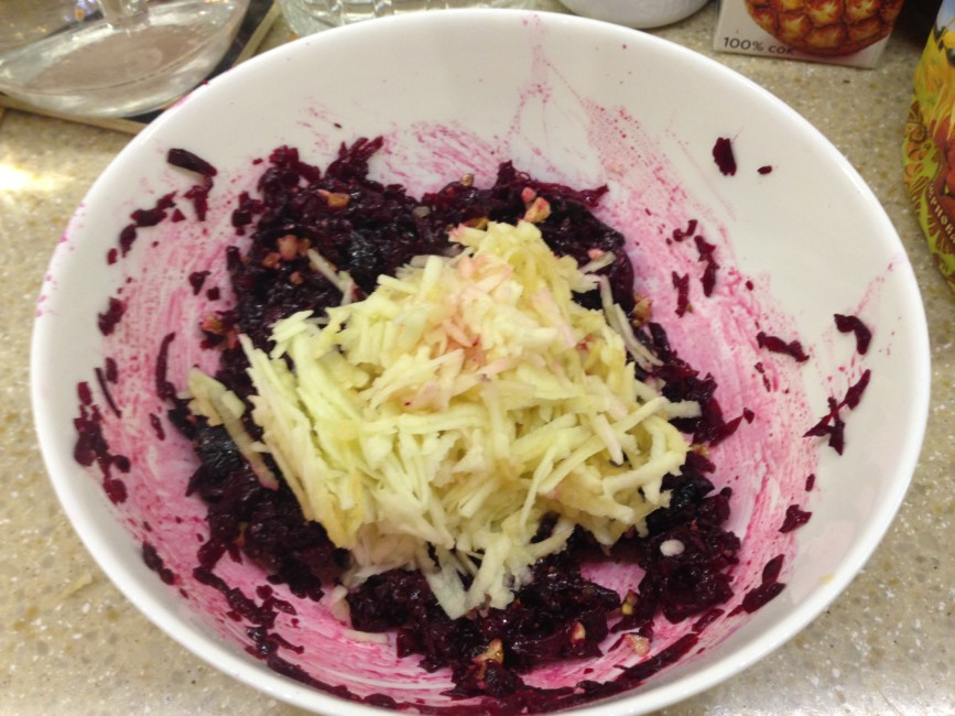 salat-iz-svekly-s-jablokami-i-chernoslivom-6