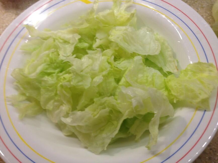 salat-cezar-s-korolevskimi-krevetkami-poshagovo-r