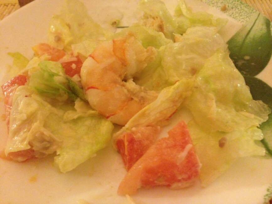 salat-cezar-s-korolevskimi-krevetkami-poshagovo-й