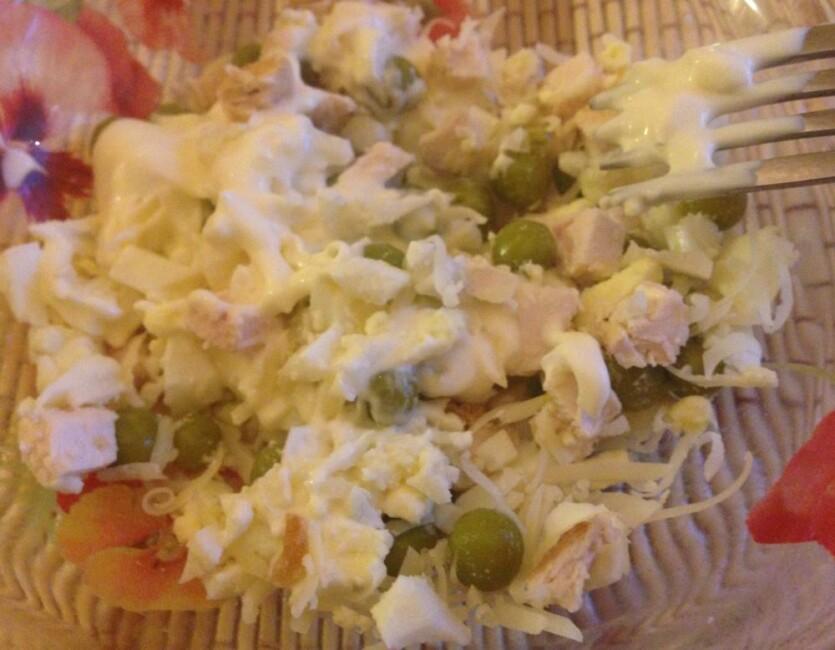 salat-s-kurinoj-grudkoj-kukuruzoj-syrom-i-yajcom-1